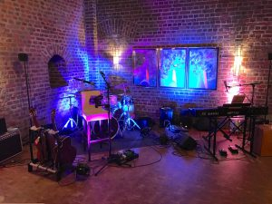 Kleines Party-Setup der Fiesta Poets